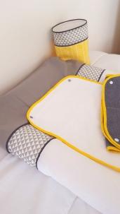 Housse de matelas à langer bébé jaune gris blanc chevron et triangle - décoration de chambre bébé jaune et grise