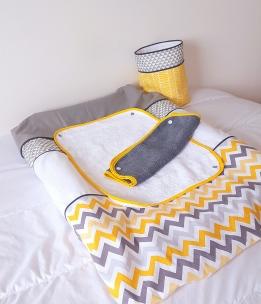 Décoration de chambre bébé jaune gris et blanc chevron triangle