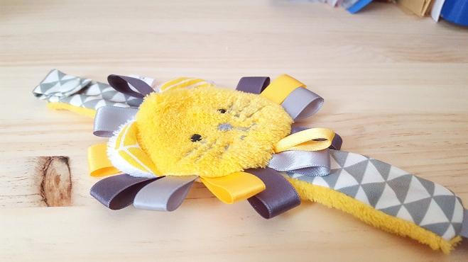 Attache sucette lion jaune gris triangle